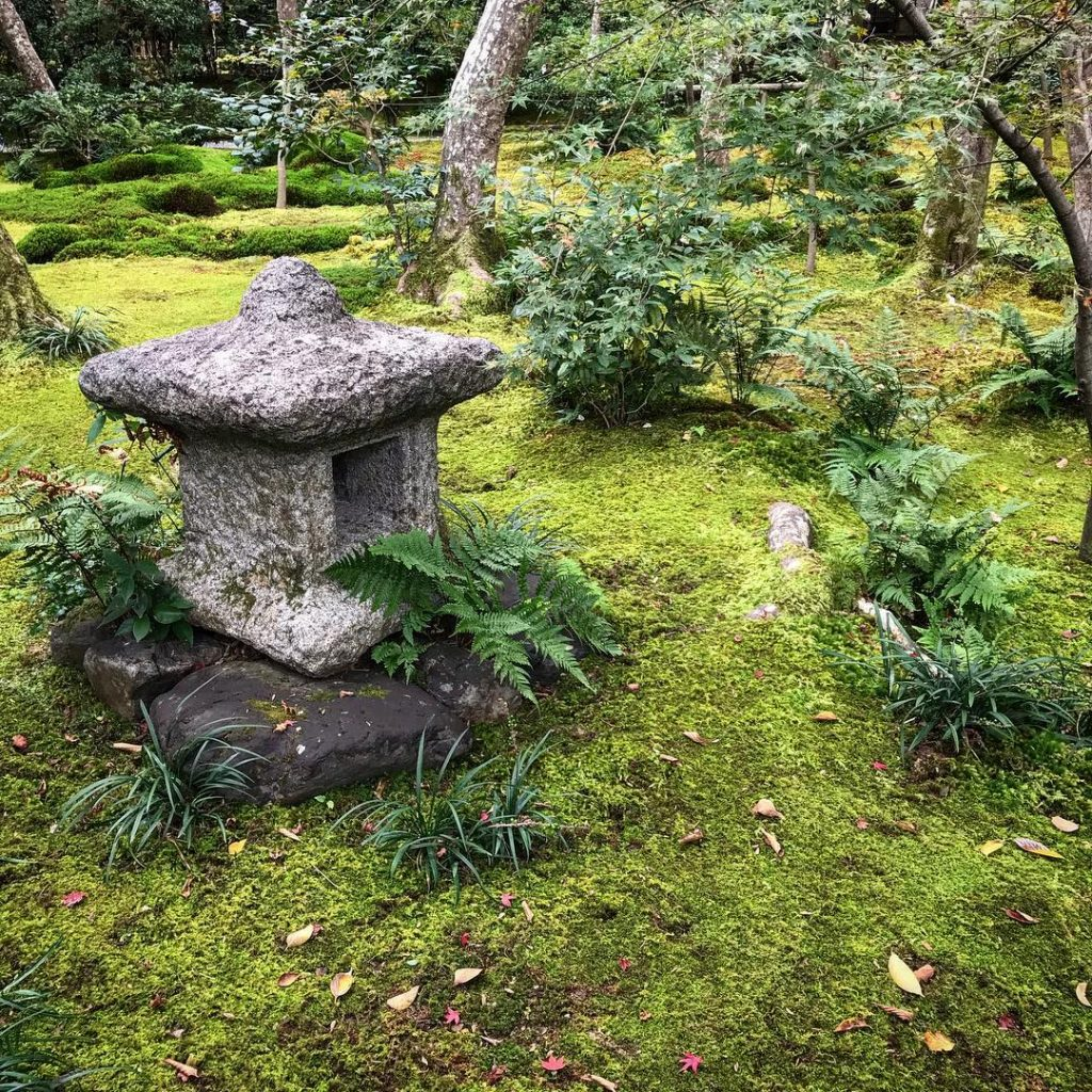 Gio-ji - Lantern in Moss